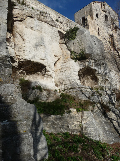 Fig. 2: Montmajour. To the south, the summit of the rock is shaped as a nearly vertical cliff hollowed by natural caves. Credit: A. Hartmann-Virnich